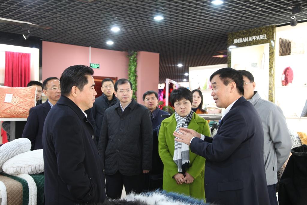 2016年11月26日,时任连云港市市长项雪龙来到飞雁毛毯有限公司调研指导工作。